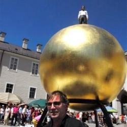 Stephan Balkenhol vor seiner Skulptur Sphaera