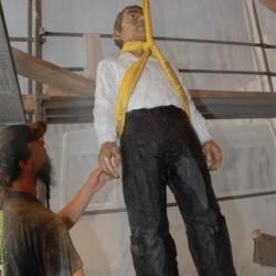 Aufbauarbeiten an der Skulptur Sphaera