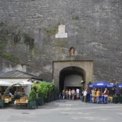 Frau im Fels, Blick durch den Toscaninihof