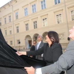 Enthüllung der Skulptur, v.l.n.r. Dr. h.c. Walter Smerling, Mag. Gabi Burgstaller, Prof. Dr. h.c. mult. Reinhold Würth