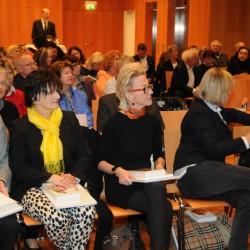 Frau Dr. Ulrike Godler, Vorstand der Salzburg Foundation, 2 v.r.