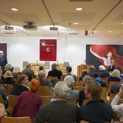 Publikum der Diskussionsveranstaltung. Im Hintergrund Peter Iden (l.) und Bazon Brock.