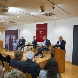 Peter Iden mit einleitenden Worten zur Diskussionsveranstaltung. Auf der Bühne v.l.: Bazon Brock, Nadia Koch und Peter Sloterdijk.